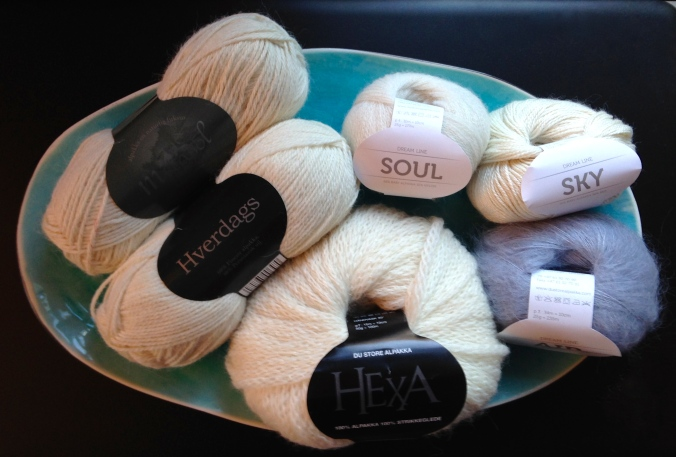 Litt garn for stemningens skyld. / Some yarn to make this post cosy.
