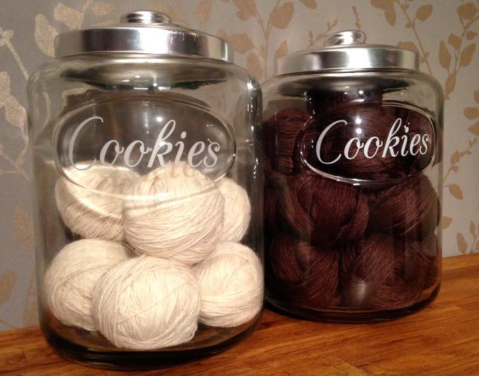 Garnglass med garn. / Yarn jars with yarn.