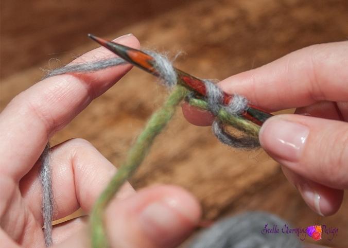 Trinn 2: Legg garnet du skal strikke med over pinnen.