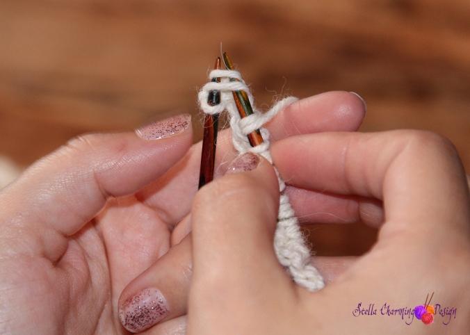 Pinne 3: Avslutt pinnen med å strikke kastet og masken rett sammen. Siste maske er kantmaske og strikkes rett.